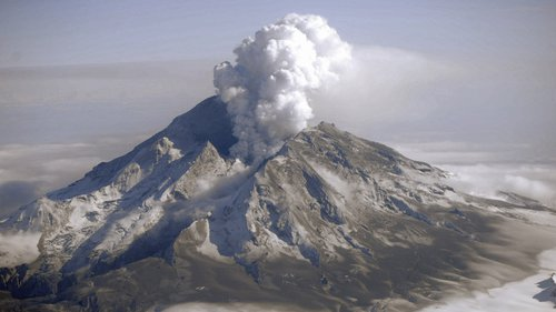 Photo of eruption at Mount Redoubt in Alaska in 2009.