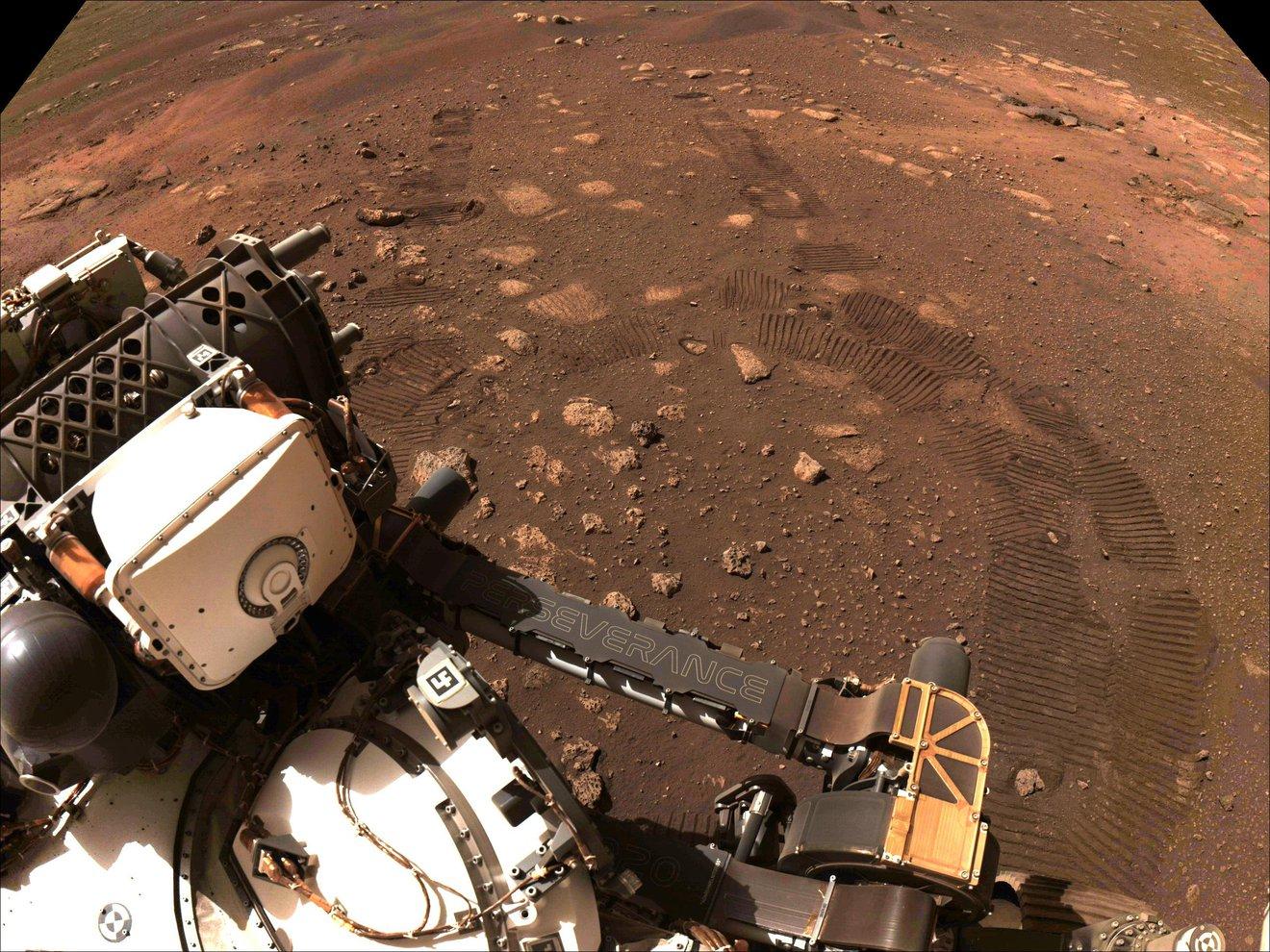 El rover Perseverance de la NASA se desplaza, por primera vez, por la superficie de Marte.
